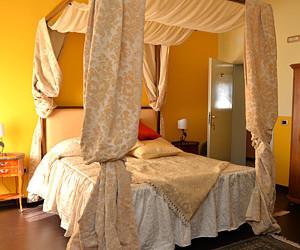 Confortevole camera matrimoniale con letto a baldacchino